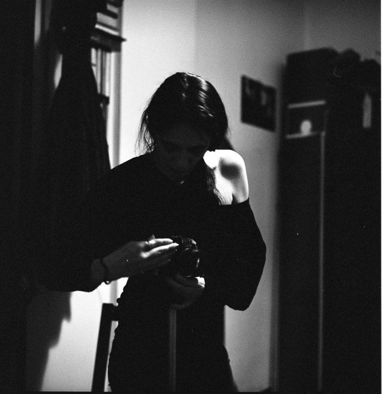 COSA FAI: racconto la notte – vado in cerca di segreti, di cose nascoste - combatto la noia – cerco di dare un senso a momenti che mi paiono inutili. Sono miope. Questo fin da piccola mi ha consentito di combattere la mia timidezza, potevo decidere, indossando o meno gli occhiali, di guardare il mondo in modo diverso. Potevo sfocare la realtà o metterla a fuoco. Con le mie fotografie faccio essenzialmente la stessa cosa: gioco con le luci e con le ombre, rivelo ma non svelo completamente. Amo le luci morbide, deboli, che rivelano dettagli dai quali puoi immaginare il tutto. A settembre dello scorso anno mi è capitato qualcosa che ha ribaltato ogni mio progetto: la mia vita è cambiata, ho dovuto ricominciare da capo, in ogni senso. Camminare, parlare, pensare, vedere, guardare: tutto ha acquisito un nuovo senso. Priva di una parte di me ho dovuto sfidare me stessa e la fotografia in qualche modo ha tenuto e tiene un diario di tutto questo percorso. Nei miei scatti c'è intimità. Mi metto a nudo, senza censure. Se volete trovarmi è li che dovete cercare, fra le mie fotografie: ogni scatto è una parte di me.